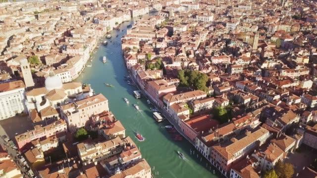 vidéos et rushes de vue aérienne de la vue de dessus de drone de grand canal avec la vieille construction de tradition de venise italie - venise