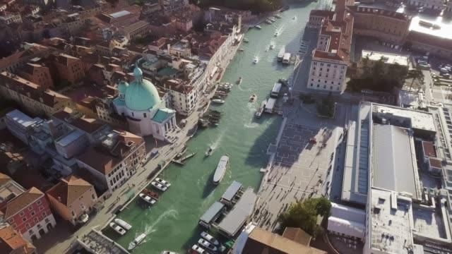 ヴェネツィアイタリアの古い伝統の建物と大運河のドローントップビューからの空中ビュー - ヴェネツィア点の映像素材/bロール