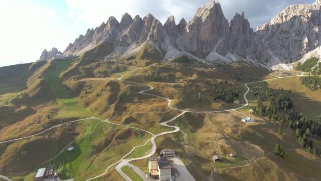 vídeos de stock e filmes b-roll de aerial view from gardena pass dolomites italy - desfiladeiro