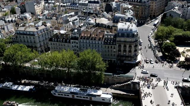 luftbild von der spitze der kathedrale notre-dame - île de france stock-videos und b-roll-filmmaterial