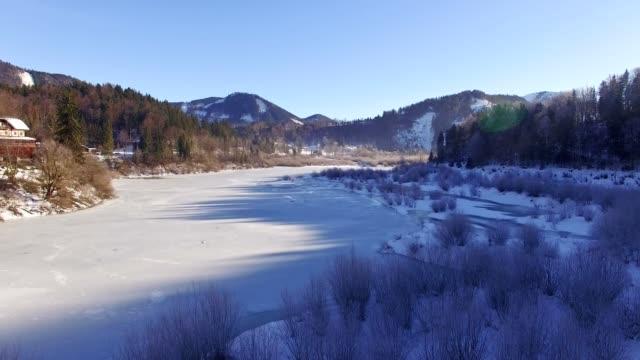 vídeos de stock, filmes e b-roll de vista aérea: congelado lago no inverno - austria