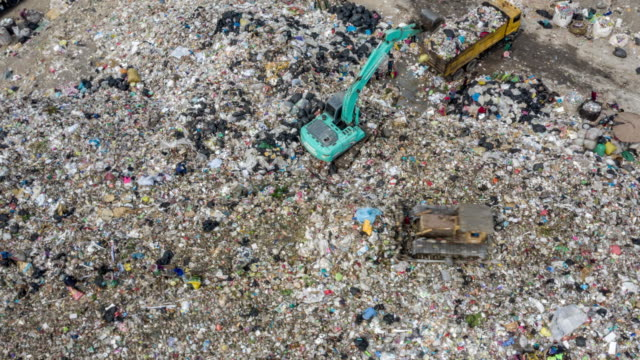空中写真ゴミ山 - 埋め立てごみ処理地点の映像素材/bロール