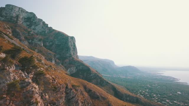 vidéos et rushes de vue aérienne glissant sur des collines épiques - littoral
