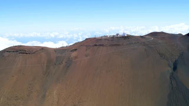 aerial view haleakala volcano and observatory maui hawaii - hawaii inselgruppe stock-videos und b-roll-filmmaterial