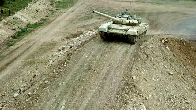 航空写真 - 重いタンクは山の障害物を克服します - 戦車点の映像素材/bロール