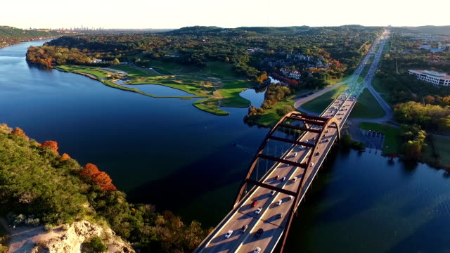 stockvideo's en b-roll-footage met luchtfoto uitzicht hoog over de 360 bridge of pennybacker bridge de lokale austin landmark - austin texas