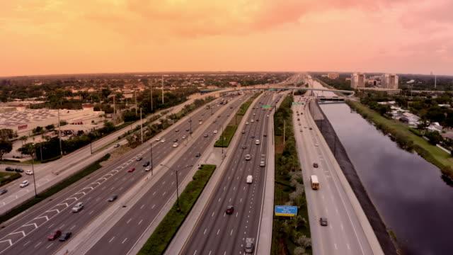 vidéos et rushes de ws aerial view highway and cityscape, miami, floride, etats-unis - carrefour