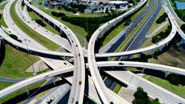 空撮高速道路およびモパック高速道路およびオースティン、テキサス、米国のハイウェー 183 上インターチェンジのバックアップ - 主要道路点の映像素材/bロール