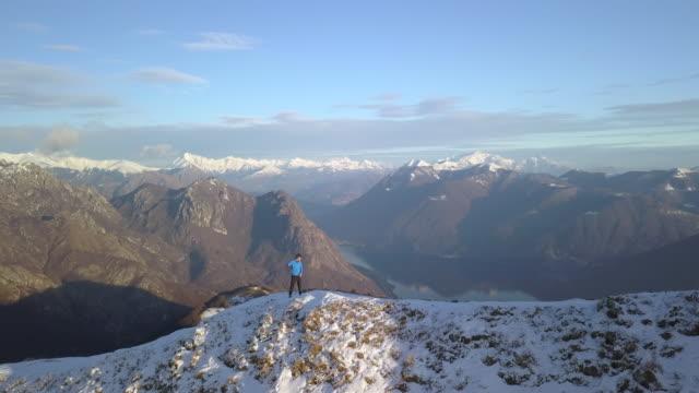 Luftbild-Wanderer nehmen Selfie auf Berggipfel dann angerannt ridge