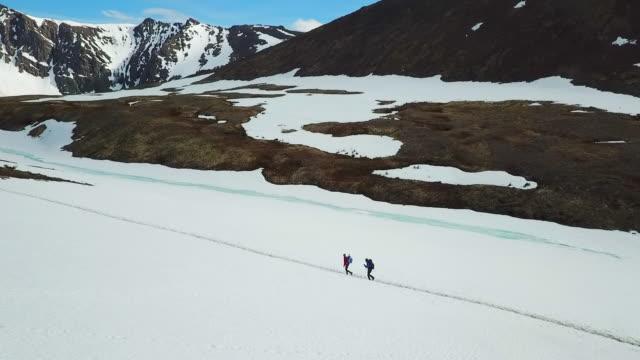 vídeos y material grabado en eventos de stock de aerial view hikers on a frozen trail in alaska - norte