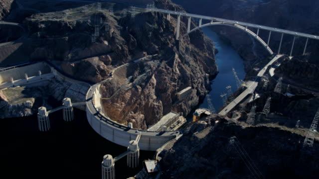 vídeos de stock, filmes e b-roll de aerial view hoover dam hydroelectric power station nevada - represa hoover