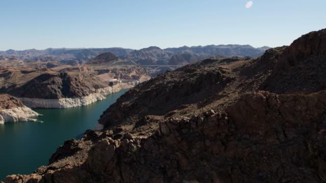 vídeos de stock, filmes e b-roll de aerial view hoover dam in nevada arizona usa - represa hoover
