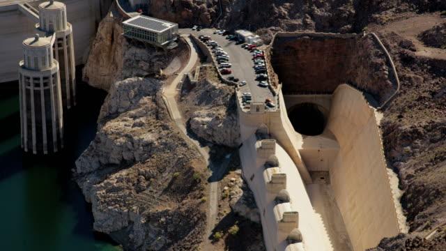 vídeos de stock, filmes e b-roll de aerial view hoover dam overflow channel nevada arizona - represa hoover