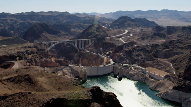 vídeos de stock, filmes e b-roll de aerial view hoover dam  producing hydroelectricity nevada arizona - represa hoover