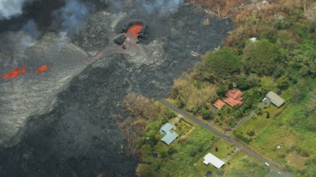 vídeos y material grabado en eventos de stock de aerial view hot magma destroying property kilauea hawaii - erupcionar