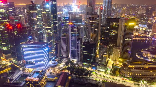 luftbild hyper lapse des finanziellen zentralen geschäftsviertelgebäude sofsingapore stadt in der nacht mit fullerton road und promontory - singapore stock-videos und b-roll-filmmaterial