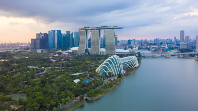 aerial view hyperlapse 4k video of the marina bay sands in singapore. - bay of water stock-videos und b-roll-filmmaterial