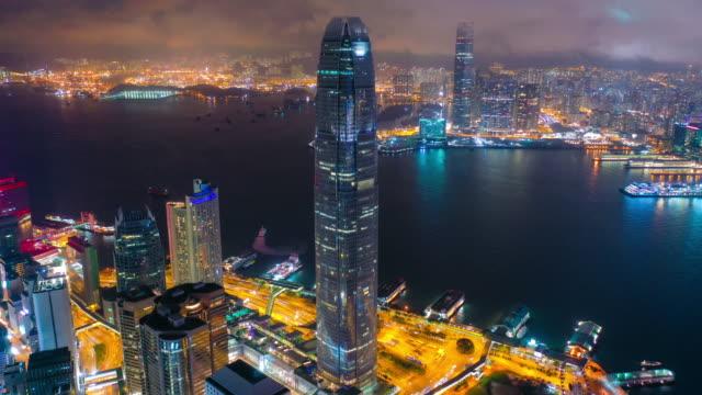 vídeos y material grabado en eventos de stock de vista aérea hiper-lapso de imágenes del distrito central y el centro financiero internacional (edificio ifc) en el puerto de victoria y la costa de hong kong - hong kong