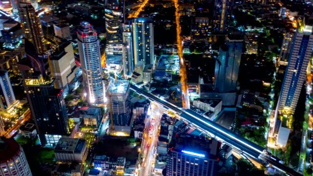 iperlasso veduta aerea del quartiere degli affari finanziari di bangkok con grattacielo sul quartiere sukhumvit a bangkok durante la notte - bangkok video stock e b–roll