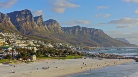 vídeos y material grabado en eventos de stock de vista aérea en camps bay, ciudad del cabo, sudáfrica - coastline