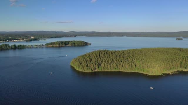 vidéos et rushes de vue aérienne en été au-dessus du lac runn - suède