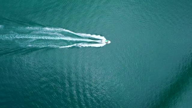 aerial view. jet boat that sails in the sea of okinawa. - barca da diporto video stock e b–roll
