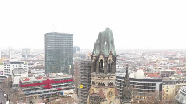 vídeos de stock, filmes e b-roll de aerial view kaiser wilhelm memorial church in berlin - destruição