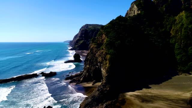 vidéos et rushes de vue aérienne, karekare plage nouvelle-zélande - région du northland