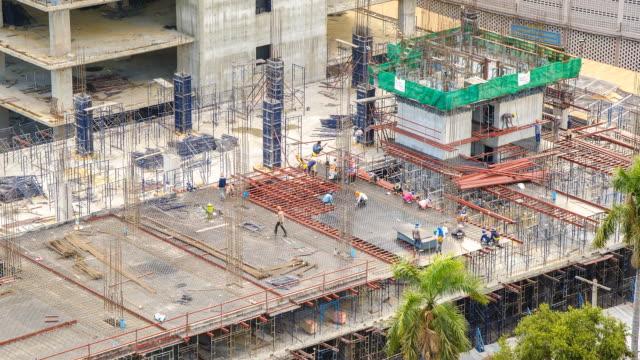 空から見た風景:labors 作業の下に影が建設ます。 - 足場点の映像素材/bロール