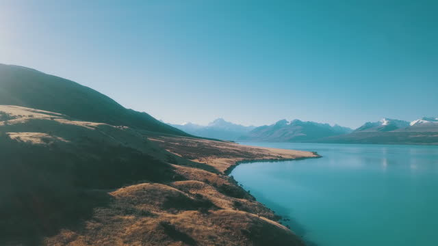 vídeos de stock e filmes b-roll de aerial view landscape view of mountain range - nova zelândia