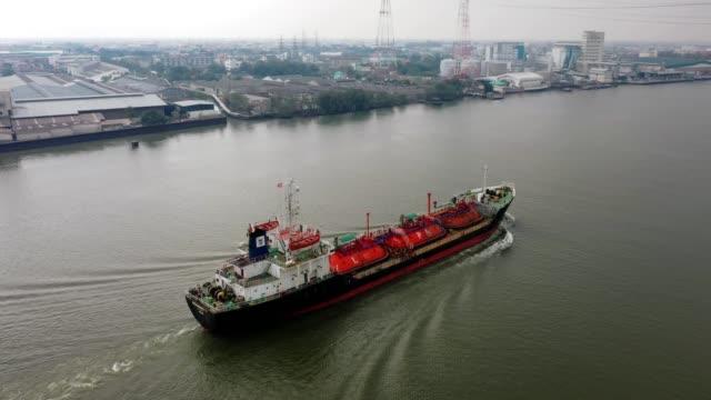 vista aerea petroliera liquefatta di gas di petrolio (gpl), logistica e trasporti di navi cisterna industria petrolifera e del gas sul fiume - portare video stock e b–roll