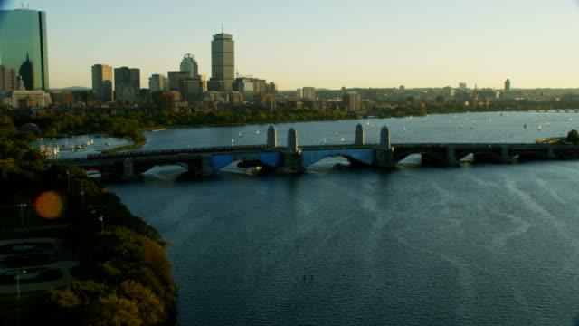 vidéos et rushes de aerial view longfellow bridge charles river boston massachusetts - pont longfellow