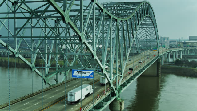 aerial view looking across the hernando de soto bridge - tennessee点の映像素材/bロール