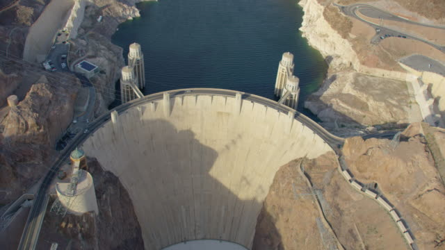 stockvideo's en b-roll-footage met aerial view looking down at hoover dam and mike o'callaghan–pat tillman memorial bridge - waterkracht