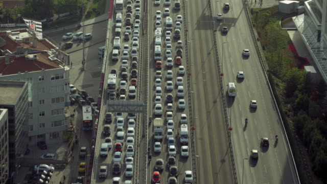 aerial view looking down at traffic - ora di punta video stock e b–roll
