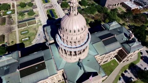 vídeos y material grabado en eventos de stock de vista aérea mirando hacia abajo el edificio del capitolio del estado de texas día soleado en austin, texas - austin texas