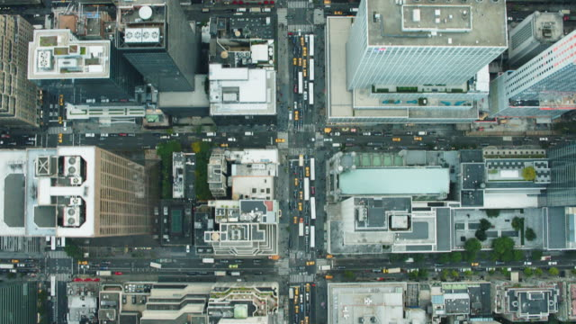 vídeos de stock, filmes e b-roll de aerial view looking strait down at midtown manhattan streets and buildings in nyc - new york city