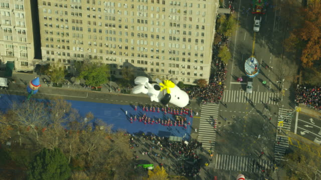 vídeos y material grabado en eventos de stock de aerial view macy's thanksgiving day parade - macy's