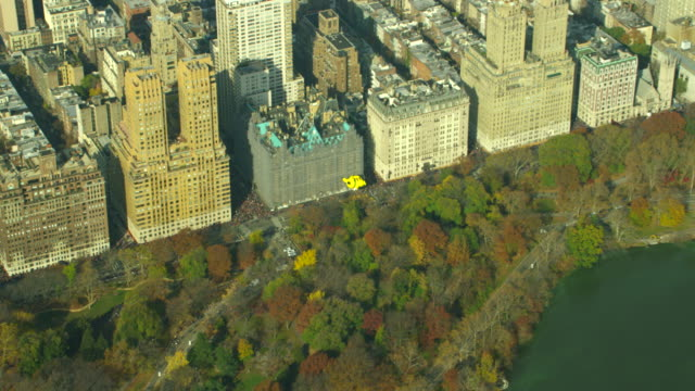 aerial view macy's thanksgiving day parade - フロート車点の映像素材/bロール