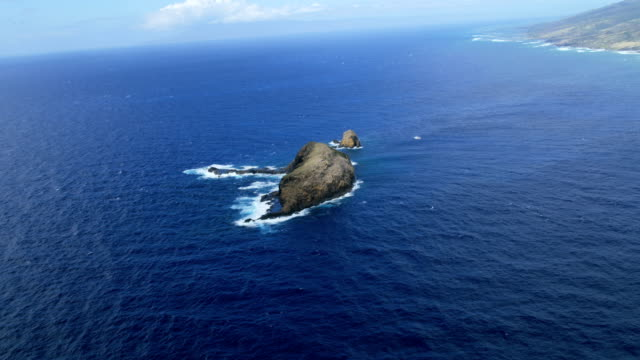 aerial view moku hooniki and kanaha rock molokai - hawaii inselgruppe stock-videos und b-roll-filmmaterial
