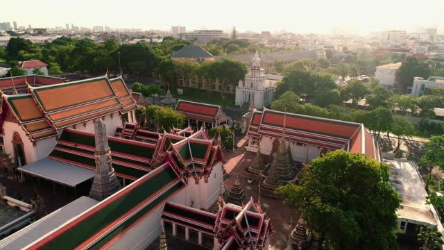 バンコクタイの都市の寺院の上を移動する空中写真 - クワッドコプター点の映像素材/bロール