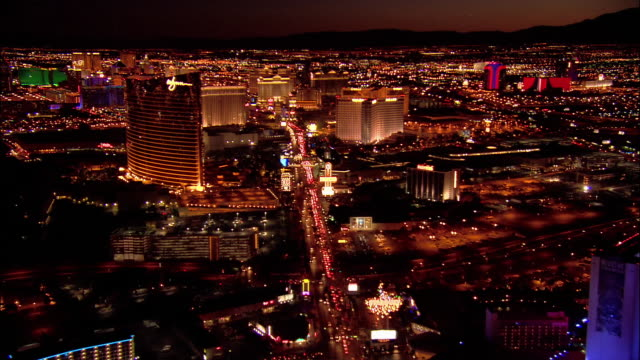 vídeos y material grabado en eventos de stock de aerial view moving south over traffic on las vegas boulevard south and hotels along the las vegas strip/ past the wynn las vegas / night/ las vegas, nevada - las vegas