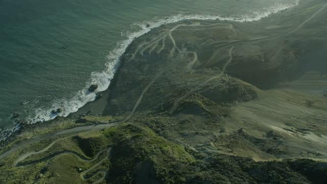 stockvideo's en b-roll-footage met aerial view mud creek landslide big sur california - geërodeerd