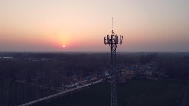 vídeos y material grabado en eventos de stock de vista aérea de la torre de telecomunicaciones 5g - transmisión