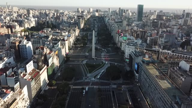 "aerial view of ""9 de julio"" avenue during the first day of quarantine on march 20 in buenos aires, argentina. president alberto fernandez declared a... - ブエノスアイレス点の映像素材/bロール"