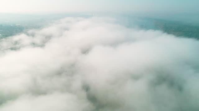 その上に濃い霧を持つ大都市の空中写真, 目を覚ます, 日の出時からメガポリス, 朝の霧. - 飛行機の視点点の映像素材/bロール