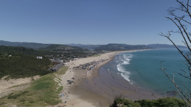 stockvideo's en b-roll-footage met luchtfoto van een drukke dag aan de kust van oregon - fatcamera
