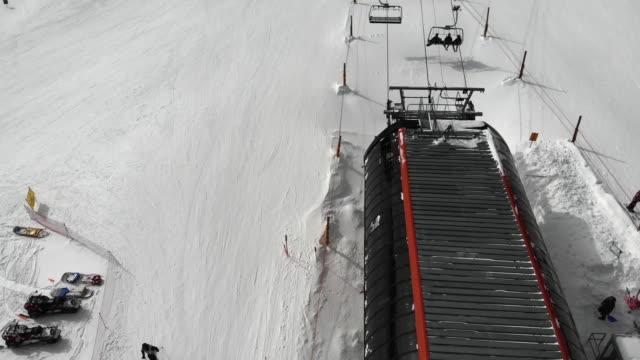 luftaufnahme eines sessellifts whisking skiers and snow boarders up the snowy mountain, eldora skigebiet - boulder stock-videos und b-roll-filmmaterial