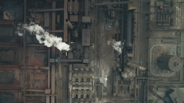 vídeos de stock e filmes b-roll de aerial view of a coking plant in china - poluição