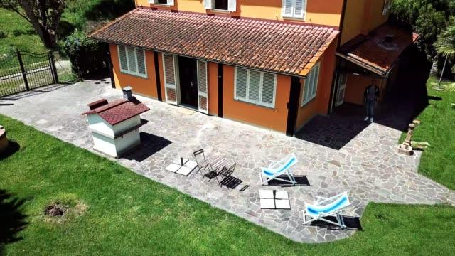 vídeos de stock e filmes b-roll de aerial view of a countryside home in the tuscany hills - cena não urbana